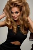 Haarvolumen Porträt der schönen Blondine mit dem langen gewellten Haar Lizenzfreies Stockbild