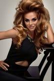 Haarvolumen Porträt der schönen Blondine mit dem langen gewellten Haar Lizenzfreie Stockbilder