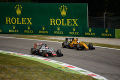 Haas и формула 1 Renault на цепи Монцы Стоковая Фотография RF