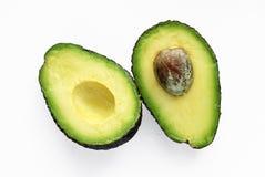 Haas-Avocado lokalisiert auf einem wei?en Studiohintergrund lizenzfreies stockfoto