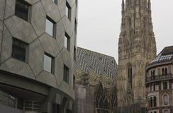 Haas Haus大厦和Stephansdom大教堂在维也纳 库存照片