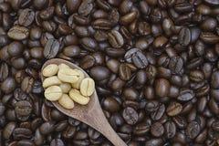 Haba del café con leche en cuchara Fotos de archivo