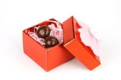 Haba del chocolate en rectángulo de regalo rojo Imágenes de archivo libres de regalías