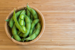 Haba verde japonesa de la soja en la tabla imagen de archivo libre de regalías