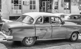 HABANA, CUBA - 5 DE ABRIL DE 2016: Coche viejo colorido en calle de la ciudad Imágenes de archivo libres de regalías