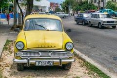 HABANA, CUBA - 5 DE ABRIL DE 2016: Carro velho colorido na rua da cidade Foto de Stock