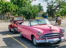 HABANA, CUBA - 5 DE ABRIL DE 2016: Coche viejo colorido en calle de la ciudad Fotos de archivo