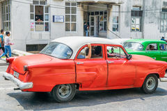 HABANA, CUBA - 5 DE ABRIL DE 2016: Coche viejo colorido en calle de la ciudad Foto de archivo