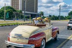 HABANA, CUBA - 5 DE ABRIL DE 2016: Coche viejo colorido en calle de la ciudad Fotos de archivo libres de regalías