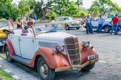 HABANA, CUBA - 5 DE ABRIL DE 2016: Coche viejo colorido en calle de la ciudad Fotografía de archivo