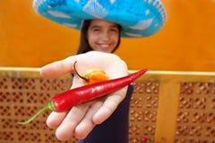 Habanero mexicain de fille et poivre de /poivron d'un rouge ardent Images stock