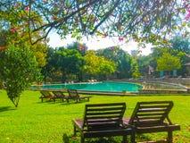 Habarana,斯里兰卡- Mayl 01日2009年:游泳池在Chaaya村庄旅馆 免版税库存照片