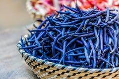 Habas azules verdes en una cesta de mimbre Foto de archivo