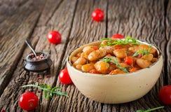 Habas blancas cocidas al vapor con las verduras en salsa de tomate Comida del vegano Imagenes de archivo