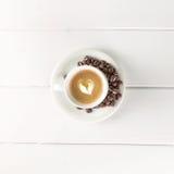 Habas blancas de la taza de café de la visión superior Foto de archivo