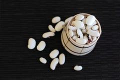 Habas blancas del kedney en pequeño barrilete de madera Imagenes de archivo