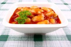 Habas blancas gigantes en salsa y perejil de tomate Fotografía de archivo