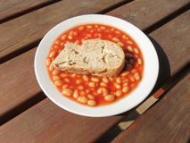 Habas cocidas con pan de un día Imagen de archivo libre de regalías