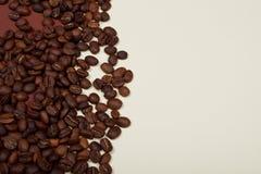 Habas de Ccoffee en fondo beige y marrón imagen de archivo