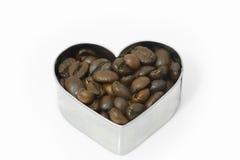 Habas de Cofee en el corazón aislado Imágenes de archivo libres de regalías