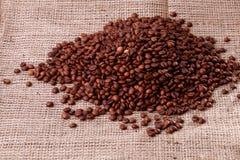 Habas de Cofee en la arpillera Fotografía de archivo