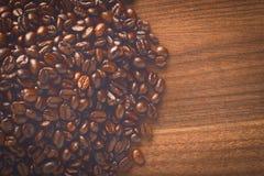 Habas de Coffe en la tabla por la mañana Fotos de archivo