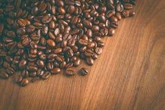 Habas de Coffe en la tabla por la mañana Imagen de archivo libre de regalías