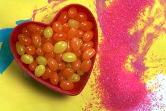Habas de jalea en tazón de fuente del corazón Imagen de archivo libre de regalías