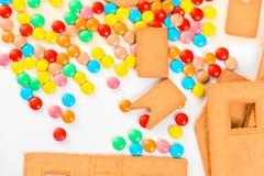 Habas de jalea y detalles multicolores de la casa de pan de jengibre Fotos de archivo libres de regalías