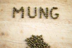 Habas de Mung en fondo de madera Fotografía de archivo libre de regalías
