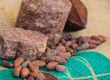 Habas del cacao en la toalla verde Fotos de archivo libres de regalías