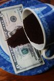 Habas del café molido en dólar de EE. UU. Fotografía de archivo libre de regalías