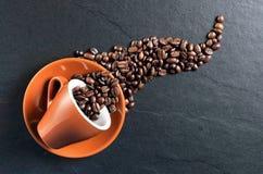 Habas derramadas café express de la taza de café Imágenes de archivo libres de regalías
