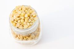 Habas partidas de la soja en una taza del tarro Fotografía de archivo libre de regalías