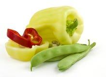 Habas rojas y verdes de la pimienta búlgara en un fondo blanco Imagen de archivo