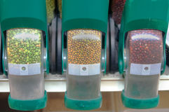 Habas sin procesar orgánicas a granel en dispensadores Imagenes de archivo