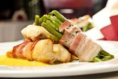 Habas verdes cocinadas con la carne y la salsa Foto de archivo