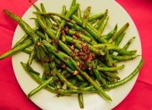 Habas verdes cocinadas orgánicas frescas en un cuenco en el nupkin rojo Fotografía de archivo libre de regalías