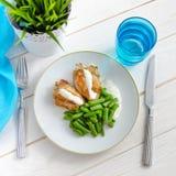 Habas verdes con la pechuga de pollo asada y el beautif cremoso de la salsa Fotos de archivo libres de regalías