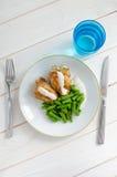 Habas verdes con la pechuga de pollo asada y el beautif cremoso de la salsa Fotos de archivo