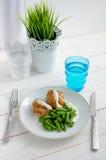 Habas verdes con la pechuga de pollo asada y el beautif cremoso de la salsa Foto de archivo libre de regalías