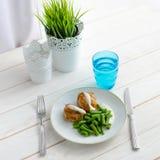 Habas verdes con la pechuga de pollo asada y el beautif cremoso de la salsa Foto de archivo