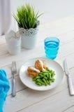 Habas verdes con la pechuga de pollo asada y el beautif cremoso de la salsa Fotografía de archivo