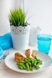 Habas verdes con la pechuga de pollo asada y el beautif cremoso de la salsa Imagenes de archivo
