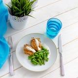 Habas verdes con la pechuga de pollo asada y el beautif cremoso de la salsa Fotografía de archivo libre de regalías
