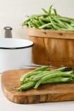 Habas verdes frescas del jardín en una tabla de cortar Foto de archivo