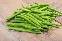 Habas verdes frescas en la tabla Fotografía de archivo