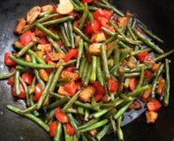Habas verdes y pimientas fritas Stir Imagen de archivo