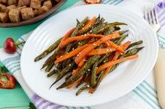 Habas verdes y zanahorias cocidas - el vegano adieta Imagen de archivo