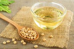 Habas y aceite de la soja en el saco Imágenes de archivo libres de regalías